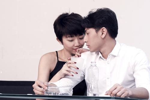 Ca sĩ Tóc Tiên trong quá trình tập diễn với ca sĩ Isaac ở giai đoạn đầu của phim