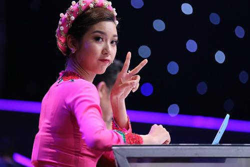 thuy-van-bop-vai-cho-van-son-trong-hau-truong-gamehshow-6