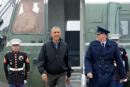 Tổng thống Obama rời trực thăng Marine One, tiến về chuyên cơ Air Force One tại căn cứ Andrews, Maryland, để lên đường đến Việt Nam hôm qua. Ảnh: Reuters