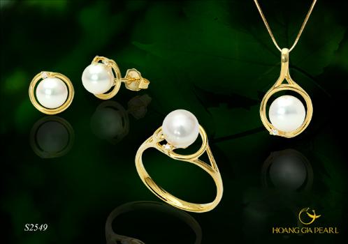 Sự kết hợp tinh tế của ngọc trai Akoya trên chất liệu vàng, tôn vẻ đẹp dịu dàng, đằm thắm của người phụ nữ truyền thống.