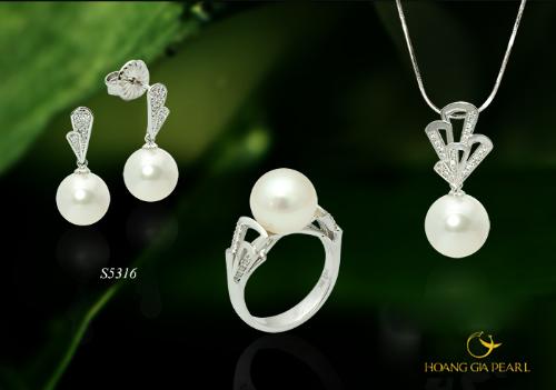 Thiết kế nữ tính giữ nguyên được vẻ đẹp thuần khiết, trong sáng từ ánh ngọc South Sea trắng kem, kết hợp chất liệu vàng trắng cao cấp, tỏa sáng nét rạng ngời của người đeo.
