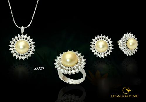 Thiết kế lộng lẫy, cầu kỳ trong từng họa tiết đính kim cương được hoàn thiện bằng viên ngọc South Sea vàng kim pha ánh rượu vang, tôn lên nét quý phái, sang trọng cho người phụ nữ quyền quý.