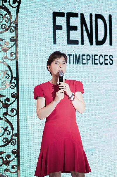 Bà Cecillia Piccioni, Đại sứ Ý tại Việt Nam, phát biểu chào đón thương hiệu xa xỉ Fendi đến Việt Nam]  Là một công dân Rome, đối với tôi, Fendi không những là biểu tượng cho thành phố mà còn là biểu tượng của chất lượng đỉnh cao khắp thế giới.  Bà Đại sứ Ý phát biểu đầy tự hào trước toàn thể quan khách. Cảm kích trước những tình cảm của bà Đại sứ, ông Domenico Oliveri  CEO của Fendi Timepieces tiếp lời: Bắt đầu từ xưởng chế tác đồ lông thú đặt trong cửa hàng thời trang của đôi vợ chồng Adele và Edoardo Fendi năm 1946, danh tiếng về chất lượng của Fendi đã vượt xa khỏi phạm vi thành phố Rome, cũng như biên giới nước Ý.