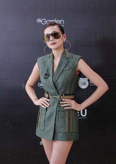 Trung thành với gu thời trang cá tính, host của chương trình Vietnam's Next Top Model 2016 chọn bộ vest, hoa tai vành khuyên và dây chuyền đều của nhà mốt Versace.