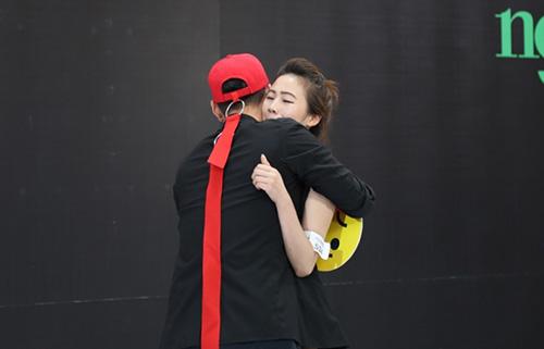 Phan Thị Nga chùi lớp make-up và được Lý Quí Khánh ôm khích lệ.