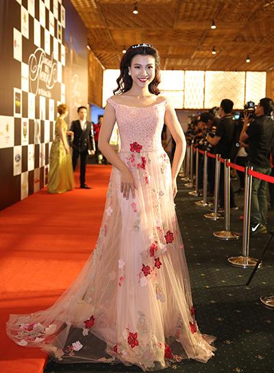 Á hậu Hoàng Oanh diện đầm hoa mau hồng