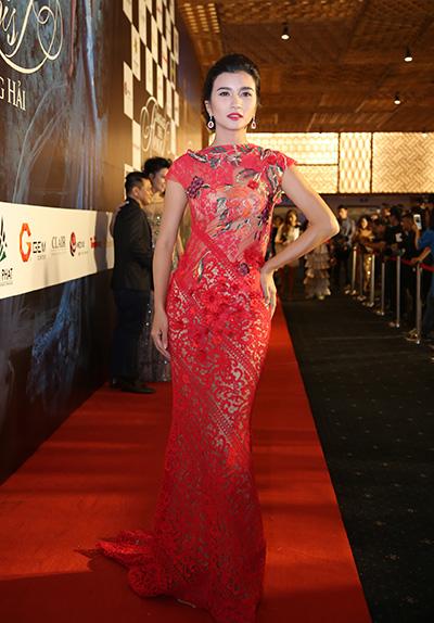 Kim Tuyến diện đầm đỏ được chắp ghép từ nhiều loại vải.