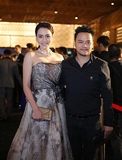 Vợ chồng Trang Nhung sánh bước bên nhau đi xem thời trang