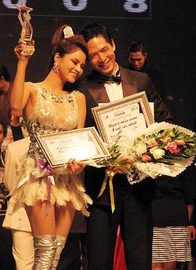 Tối 21/12, lễ trao giải thưởng Người mẫu Việt Nam thu hút đông đảo khán giả TP HCM đến tham dự tại Nhà thi đấu Nguyễn Du. Có tất cả 9 hạng mục được trao.]