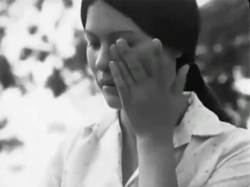 Đạo diễn Đặng Nhật Minh nhớ cảnh cuối cùng của phim là cảnh ngày khai giảng, Thơm ra đón con Duyên vào lớp một. Trong lễ chào cờ, cô cầm tay con Duyên, ngước nhìn lá cờ trên cao và một giọt nước mắt từ từ lăn trên má cô... Đó là giọt nước mắt cuối cùng trong bộ phim (nó không còn trên má Duyên nữa, mà đã sang má cô giáo). Tuy là một vai phụ, nhưng ý nghĩa mà nó đảm nhiệm trong phim không nhỏ chút nào