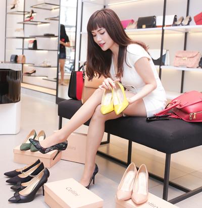 Cellini Shoes & Bags là sự lựa chọn của nhiều tín đồ thời trang và bạn trẻ sành điệu. Sĩ Thanh cũng thường lựa chọn những thiết kế mới của thương hiệu để cập nhật phong cách cho bản thân.