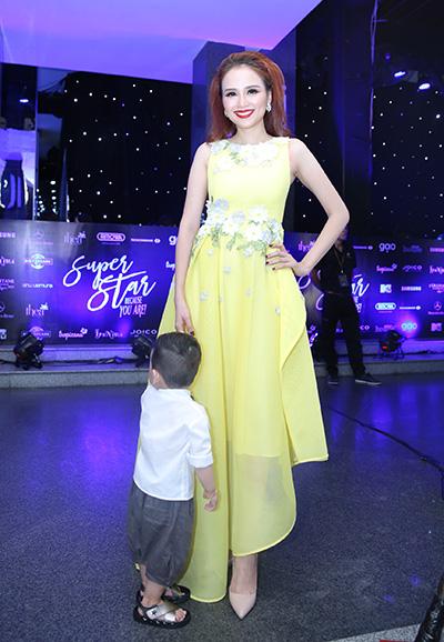 Hoa hậu Diễm Hương diện váy vàng