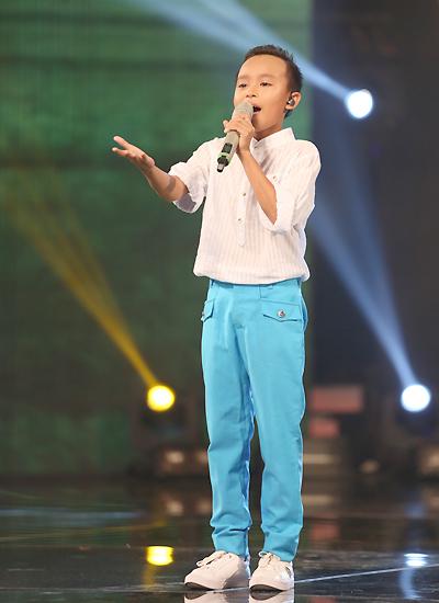 Hồ Văn Cường trút bỏ vẻ rụt rè để tự tin trình diễn live trên sân khấu.