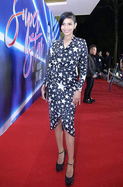 """Bước lên thảm đỏ show """"The Superstar"""" của nhà thiết kế Adrian Anh Tuấn, Trương Thị May chọn bộ váy"""