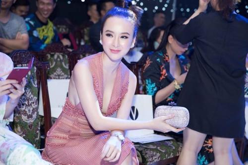 Phương Trinh tạo dáng trên ghế VIP, cách cô một ghế là Ngô Thanh Vân.