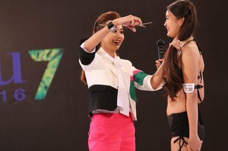 """Tuy có đôi chút ngỡ ngàng nhưng cô gái này đồng ý để nữ giám khảo """"ra tay"""" sẵn sàng để Thanh Hằng """"xử lí"""" mái tóc của mình."""