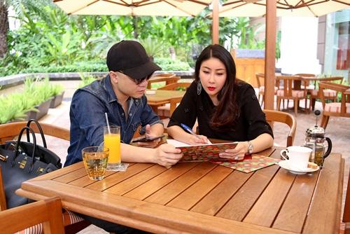Hà Kiều Anh cùng nhà thiết kế Đỗ Mạnh Cường bàn bạc, trao đổi công việc cho show diễn tới.