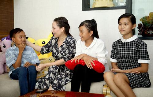 Từ trái qua: Hồ Văn Cường, ca sĩ Phi Nhung, Thiêng Ngân...