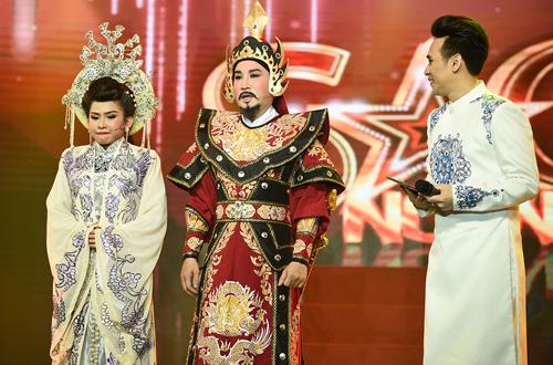 Diễn viên Bình Tinh bên cha nuôi - Nghệ sĩ Ưu tú Kim Tử Long (giữa). Bình Tinh là thí sinh đoạt điểm cao nhất ở tập đầu chương trình.