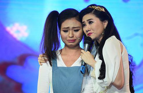 Nghệ sĩ Quế Trân (phải) động viên diễn viên Lê Lộc trong đêm thi. Quế Trân dẫn dắt chương trình.