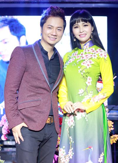 Ca sĩ Trang Nhung (phải) chúc mừng Duy Trường ra sản phẩm âm nhạc mới.