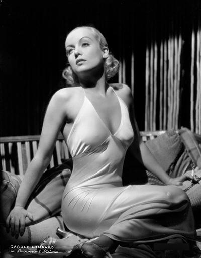 Carole Lombard diện váy ngủ trong một bộ ảnh năm 1933.