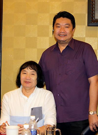 Nghệ sĩ Ưu tú Minh Vương bên con trai
