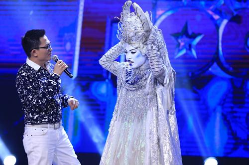 Đức Phúc (phải) mặc trang phục 10kg vừa hát vừa nhảy.