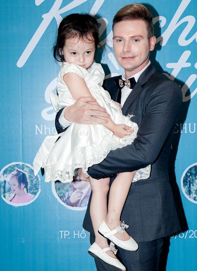 Kyo York và bé Destinee - đóng vai con gái lúc nhỏ của anh trong MV.