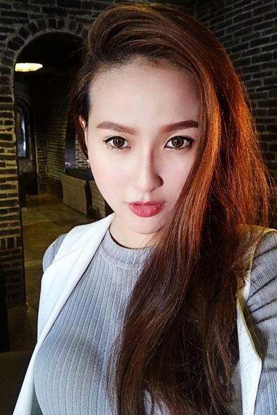 Tham gia các hoạt động nghệ thuật từ năm 2013, Khánh Ngân là gương mặt người mẫu được yêu thích trên các sàn diễn thời trang.