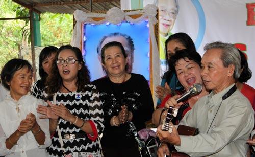 mọi người cùng đàn hát các bài dân ca tưởng nhớ cố giáo sư âm nhạc dân tộc.