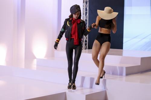 Hồ Ngọc Hà lên sân khấu hướng dẫn học trò catwalk.