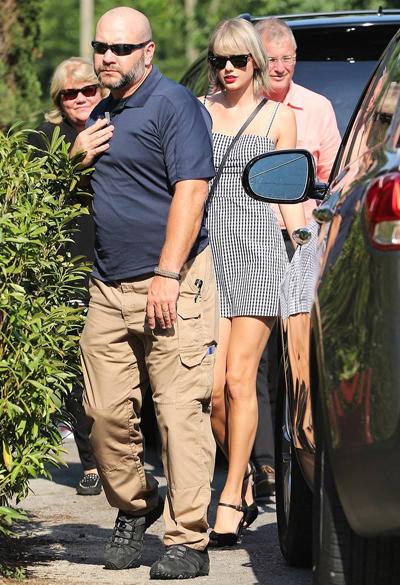 Taylor và bố mẹ tại Nashville, Tennessee hôm 23/6