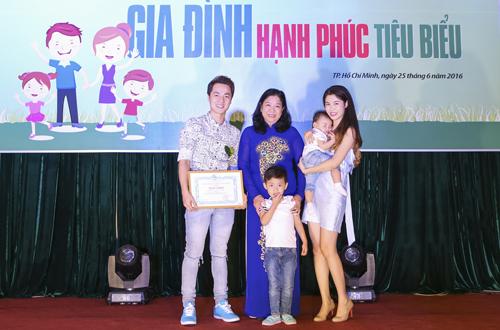 vo-chong-dang-khoi-nhan-danh-hieu-gia-dinh-hanh-phuc-tieu-bieu-3