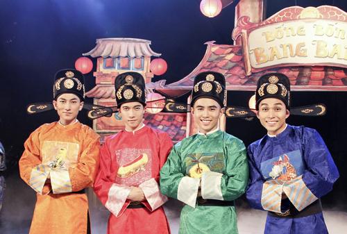 Isaac (trái) bên các thành viên của nhóm 365 trong MV