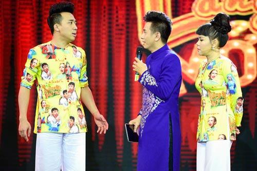 Ở tập 9 của cuộc thi hài, diễn viên Trấn Thành (trái) có màn chào sân lạ mắt. Vừa xuất hiện trên sân khấu, anh đã tự xoay vòng liên tục, sau đó lăn quay ra sàn diễn.