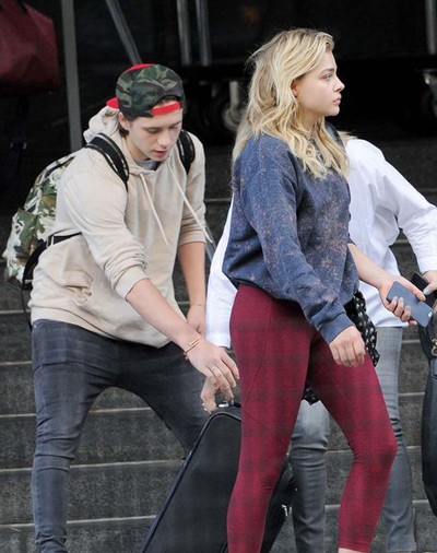 ban-gai-tuoi-teen-om-chat-brooklyn-beckham-tren-pho-3