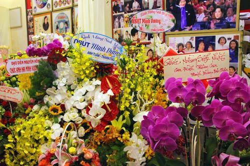Minh Vương nhận được rất nhiều hoa cho ngày sinh nhật tuổi 40.