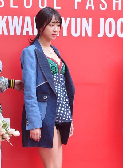 Ca sĩ Kyungri phối váy ngủ ngắn cũn với áo vest dự sự kiện.