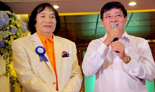 Bác sĩ Nguyễn Minh Tuấn (phải) - Trưởng khoa thận nhân tạo của Bệnh viện Chợ Rẫy - nhận xét ca ghép thận mang đến sức khỏe hiện tại cho nghệ sĩ Minh Vương là điều kỳ diệu.
