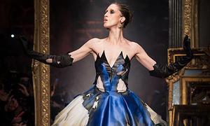 Moschino đã làm váy áo 'cháy nham nhở' trên sàn diễn thế nào