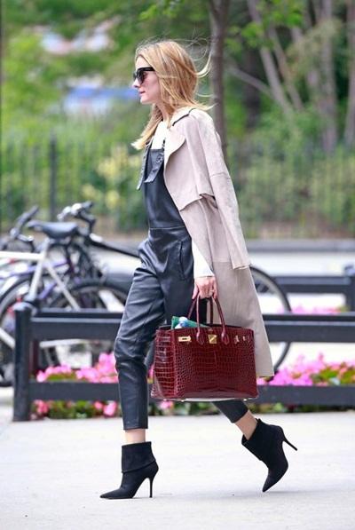 Biểu tượng thời trang Olivia Palermo kết hợp quần yếm với áo khoác dáng dài.