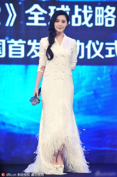 Tuần qua, Phạm Băng Băng hai lần được khen ngợi về phong cách thời trang. Trong một sự kiện, cô diện trang phục nửa váy nửa áo vest của nhà thiết kế  Alexis Mabille.