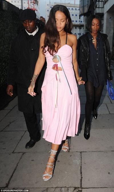 Rihanna diện mốt váy ngủ ra đường.