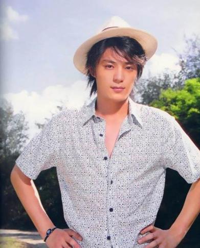 Kiến Hoa gia nhập làng giải trí năm 2002.