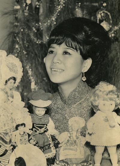 Ca sĩ Bạch Yến. Ảnh: Đinh Tiến Mậu.  Bạch Yến sinh năm 1942. Lúc chín tuổi, Bạch Yến đã làm quen với âm nhạc. 14 tuổi, bà bắt đầu con đường ca hát. Năm 1965, Bạch Yến sang Mỹ hát cho Ed Sullivan Show. Năm 1978, bà kết hôn với con trai Giáo sư - Tiến sĩ Trần Văn Khê là ông Trần Quang Hải. Hiện bà và chồng định cư ở Pháp nhưng thường về nước để hoạt động âm nhạc.\