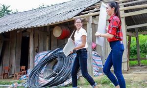 Diệu Ngọc cùng Nguyễn Thị Loan dọn trường học cho trẻ vùng cao