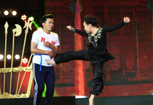 Việt Hương (phải) lên sân khấu tung hứng cùng thí sinh đội Anh em.