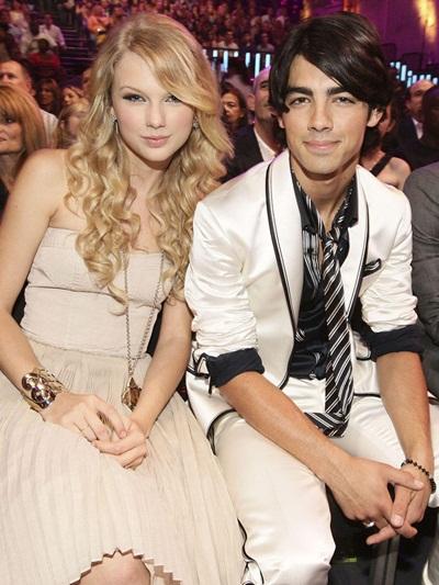 Gu mặc của Taylor Swift không chỉ thay đổi mỗi khi lên sân khấu hay trong đời thường mà còn biến đổi linh hoạt sao cho phù hợp với người yêu.