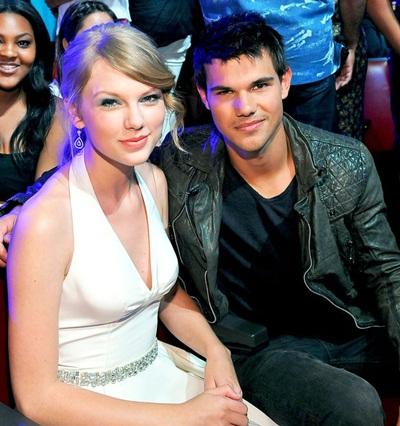 Taylor Swift cũng từng có bốn tháng mặn nồng với anh chàng người sói Taylor Lautner đẹp trai vào năm 2009 khi cả hai cùng đóng bộ phim Valentines Day. Giai đoạn này cô nàng cũng đã bỏ qua gu ăn mặc cầu kỳ trước kia mà hướng đến vẻ phóng khoáng, thoải mái. Quần jeans, áo phông hoặc áo sơ-mi và bốt là những món đồ quen thuộc khi cặp đôi bên nhau.